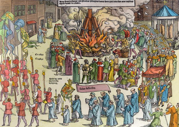 The Burning of the Remains van Martin Bucer (1491-1551) en Paul Fagius (1504-49) op Market Hill in Cambridge in 1557, uit &39;Acts and Monuments&39; van John Foxe (1516-87) 1563 (latere kleuring door English School
